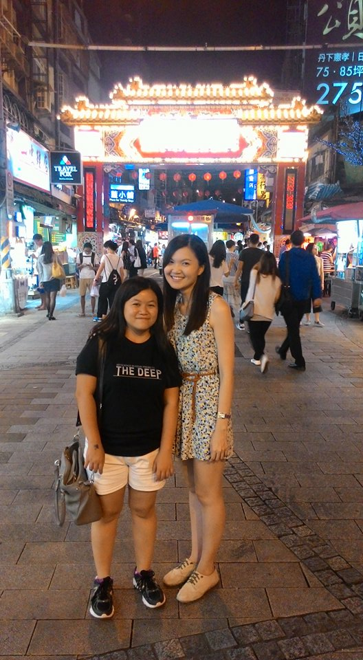 Ruby and I at Rao He night market entrance, in Taipei