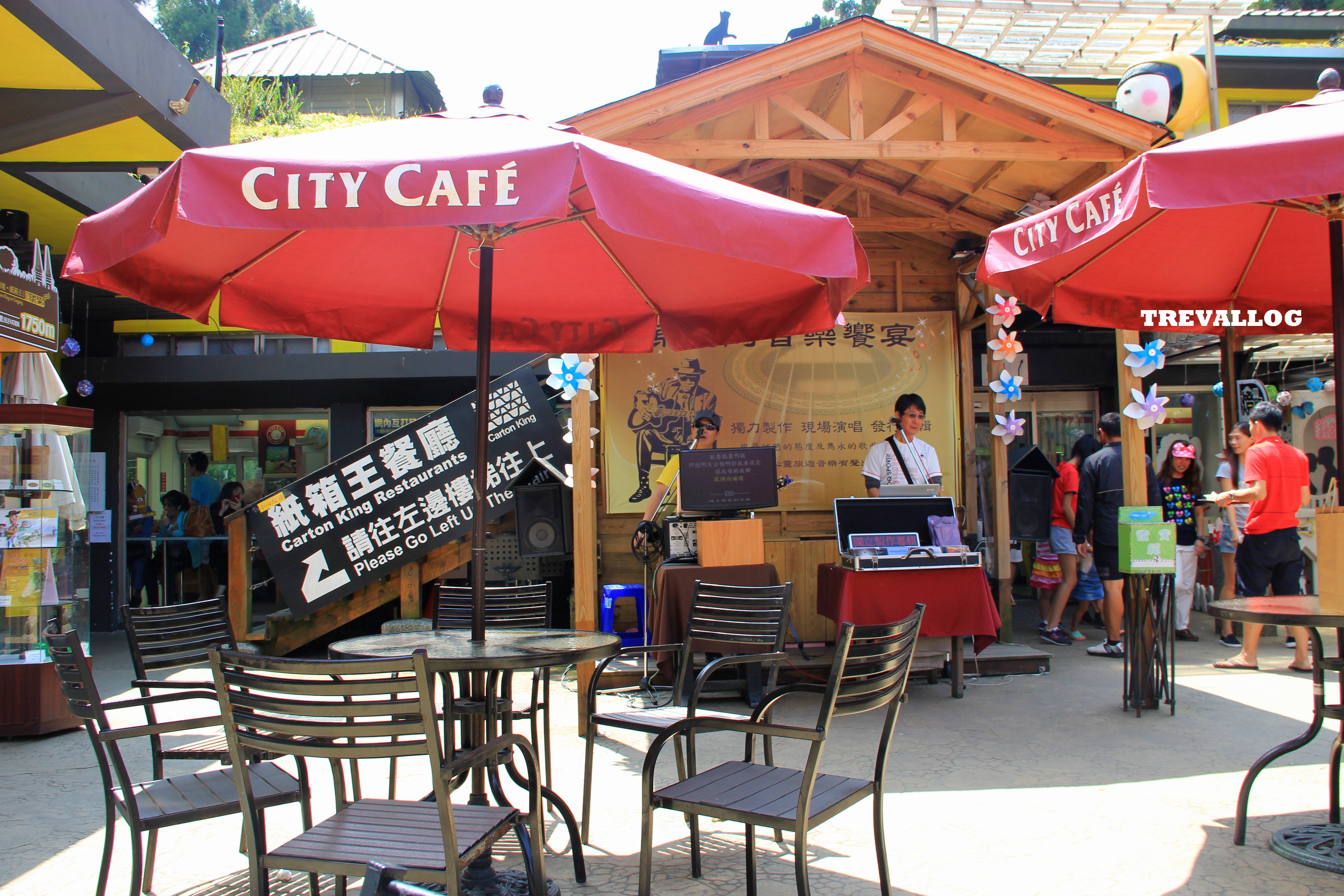 City Cafe in front of Little Swiss Garden where we had our bento lunch, accompanied by live performance